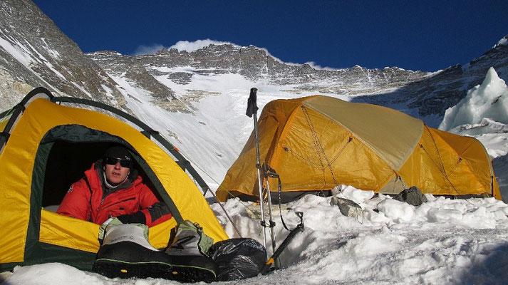 David in Lager II mit Lhotse-Flanke im Hintergrund © R.Dujmovits