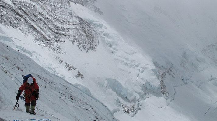 David kurz vor Erreichen von Lager III in der Lhotse-Flanke mit den Verwerfungen der Nuptse-Nordflanke im Hintergrund © G.Kaltenbrunner