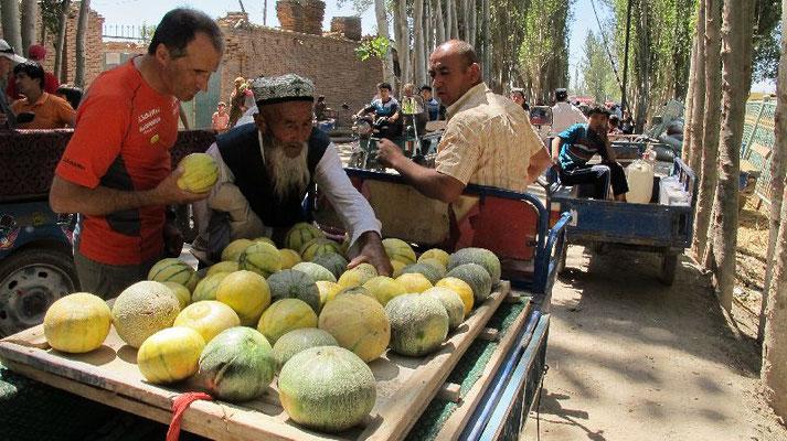 Ralf auf dem Sonntagsmarkt in Kashgar <br> © Gerlinde Kaltenbrunner