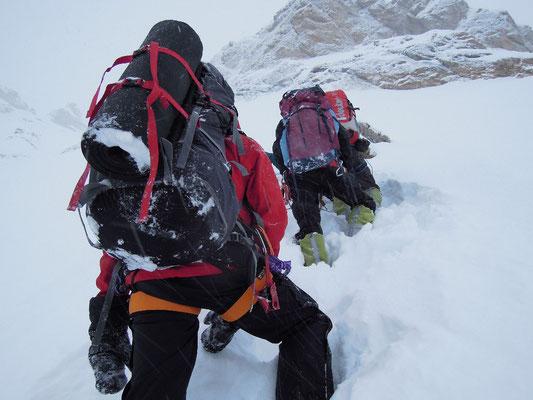 Die ersten Meter nach Lager 1 im Aufstieg zum Einstiegscouloir. Tiefer Neuschnee macht das Vorankommen sehr langsam © Ralf Dujmovits
