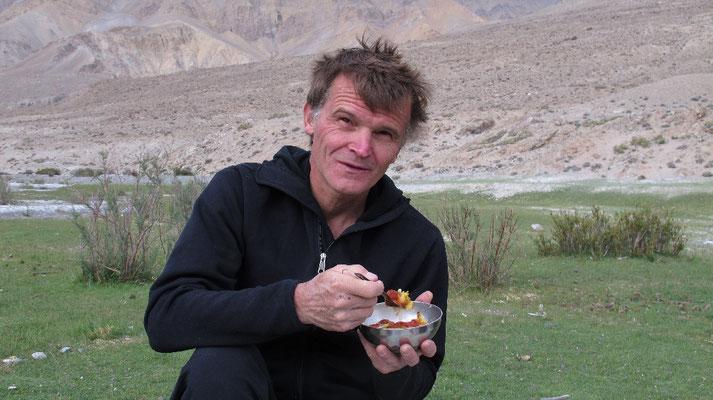 Tommy Heinrich, unser argentinischer Fotograph, genießt das Mittagessen im Freien