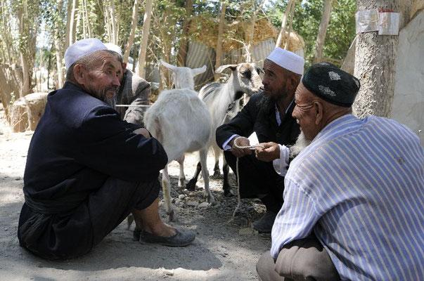 Uiguren auf dem Sonntagsmarkt in Kashgar <br>© Ralf Dujmovits