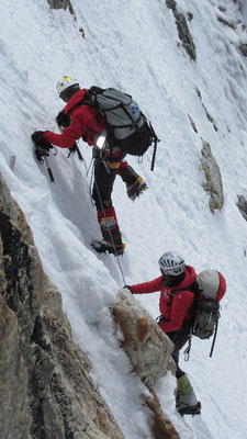 Vassiliy im Vorstieg während Gerlinde sichert; im letzten drittel des Aufstiegs nach Lager II in einer steilen Rinne