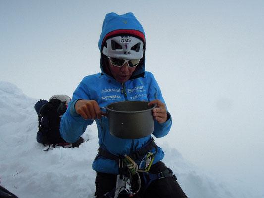 Gerlinde's Willkommens-Drink nach 12 Stunden Aufstieg von Lager I nach Lager II © D. Zaluski