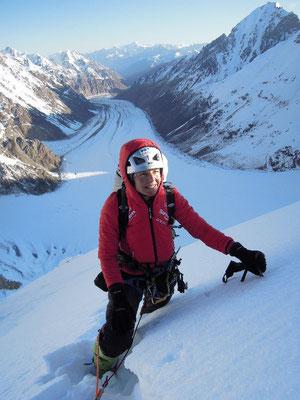 Gerlinde nach einer kalten Biwaknacht auf dem Schneegrat bei sichereren Verhältnissen