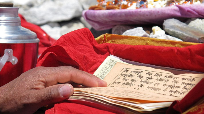 Während unserer Puja mit Westschulter Everest und Nuptse (rechts) im Hintergrund © R.Dujmovits