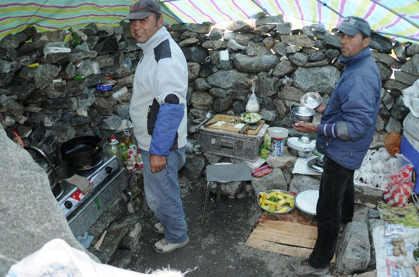 Unsere beiden uigurischen Köche Abdhul und Mohammad; gute Laune in unserer Basislagerküche