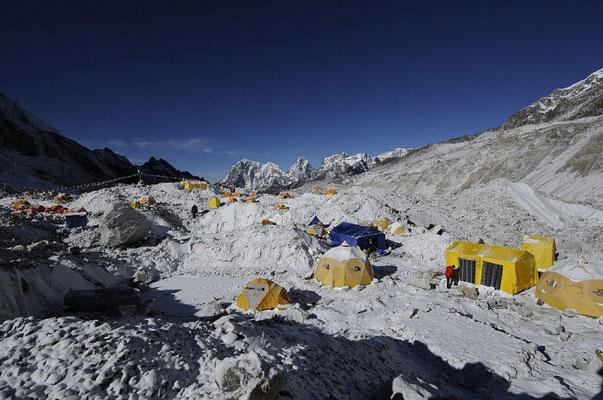 Unser Basislager in einer ruhigen Mulde des Khumbu-Gletschers © R.Dujmovits