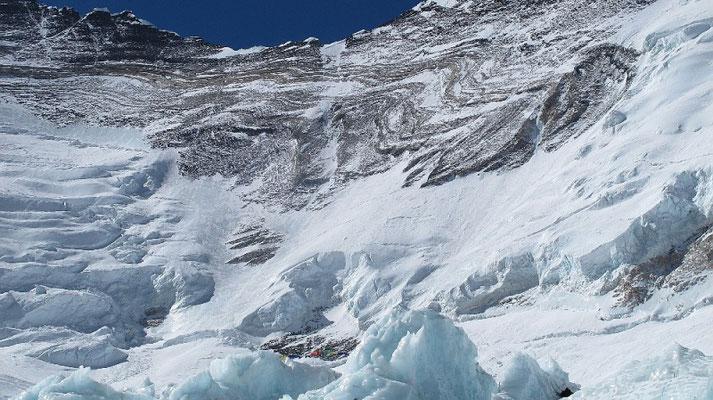 Unsere geplante Aufstiegsroute zum Ostgrat des Nuptse. Leider zu sehr ausgeapert und steinschlägig © G.Kaltenbrunner