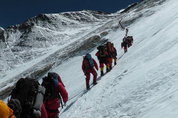 Aufstieg der Gipfelanwärter zum gelben Band am 18. Mai © R.Dujmovits