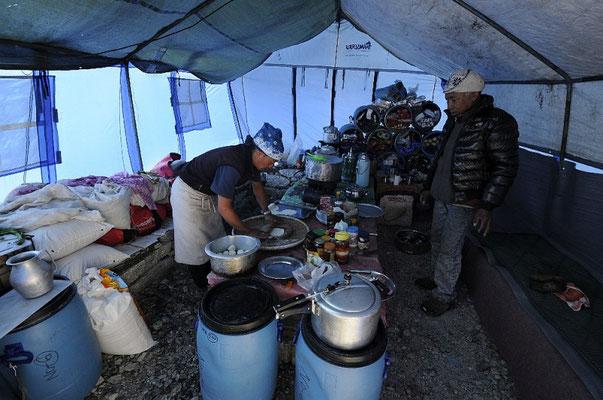 Unser Koch Sitaram (links) in unserer Lager-Küche zusammen mit Nima © R.Dujmovits