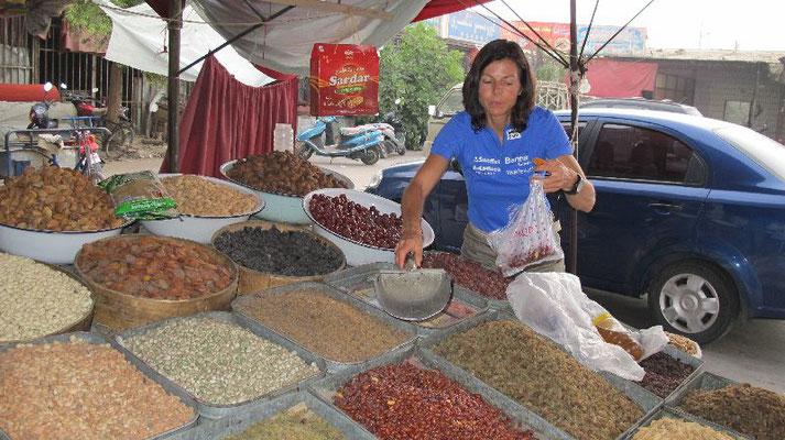 Gerlinde auf dem Sonntagsmarkt in Kashgar <br> ©Ralf Dujmovits