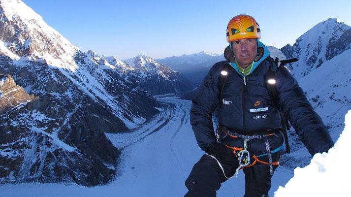 Nach einer kalten Nacht und bei sicheren Verhältnissen Start zum weiteren Spuren am Schneegrat