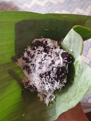 Klebereis mit Kokos im Bananenblatt