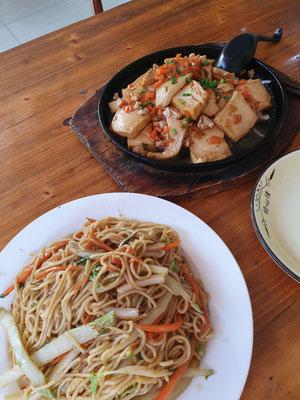 Fried Noodles und Tofu slices 6€ 7/10