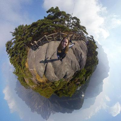 Day 7: Da ich kein Bild vom Tagesausflug nach Hongcun zusammen mit zwei anderen Deutschen habe, hier ein 360-Grad-Foto vom Berg