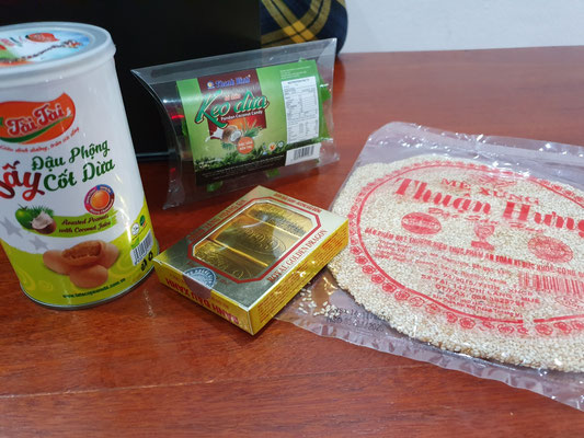 Verschiedene Snacks: Kokoserdnüsse, Kaubonbons, Bean Cakes, Sesamfladen