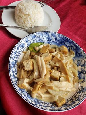 Tofu-Bambus-Pilze in Kokossoße mit Reis