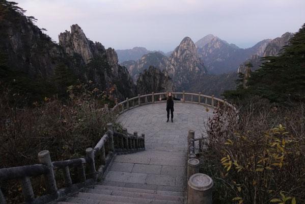 Day 5: Solo in zum Huangshan Mountain gefahren und beim Sonnenuntergang versehentlich zum Glück auf der falschen aka touristenfreien Seite des Berges gewesen.