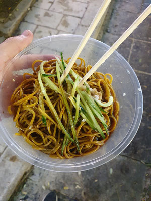 just some fried noodles 1€ 4/10 (salzig eww)