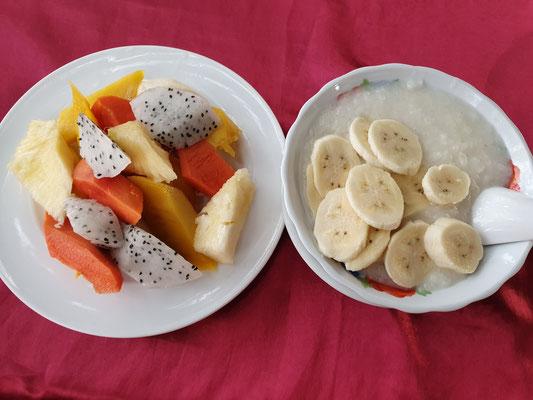 Obstsalat (Mango, Ananas, Papaya, Drachenfrucht) und Sticky Rice mit Banane