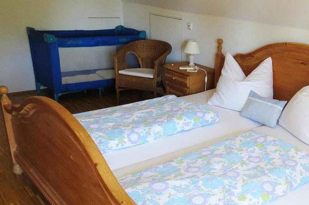 Schlafzimmer mit Beistell-Bett