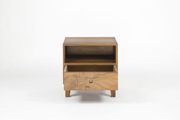Nachttisch Nussbaum, Oberfläche geölt, Schublade geöffnet, Frontansicht
