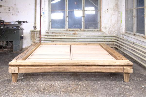Balkenbett Eiche antik, Oberfläche gebürstet und unbehandelt, Frontansicht