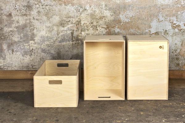 Kisten Birkensperrholz, Oberfläche unbehandelt, Kisten teils stehend und von unten
