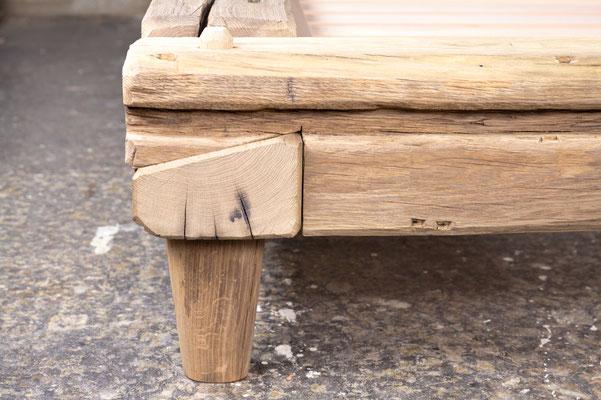 Balkenbett Eiche antik, Oberfläche gebürstet und unbehandelt, Eckdetail