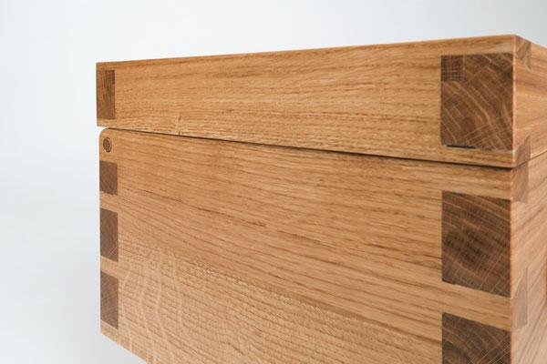 Truhe aus Eiche Massivholz, geölte Oberfläche, Eckverbindungen gezinkt, metallfrei, Eckdetail