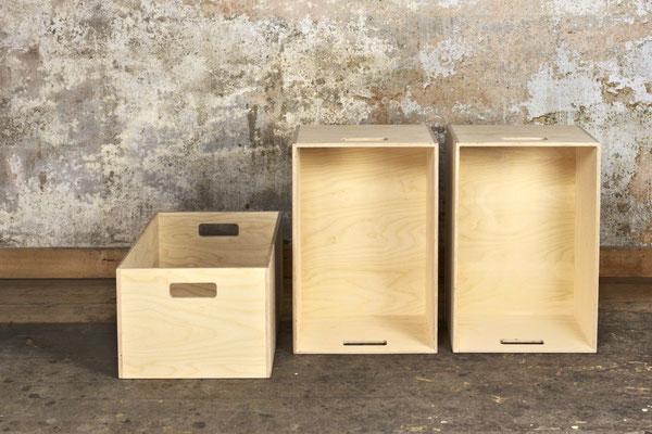 Kisten Birkensperrholz, Oberfläche unbehandelt, Kisten teils stehend