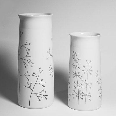 Porzellanvasen groß (Dekor Zittergras) und klein (Dekor Quirlgras)