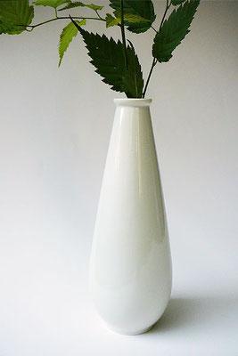 schlanke Porzellanvase für einen Zweig oder eine Blüte