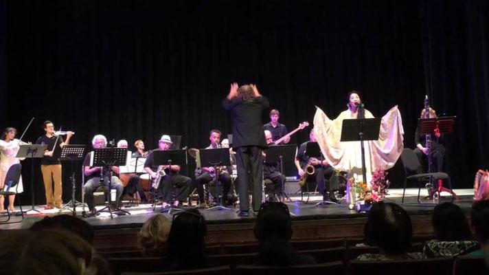 ハワイ島Kahilu Theaterで現地オーケストラにて歌わせていただいたときの写真。