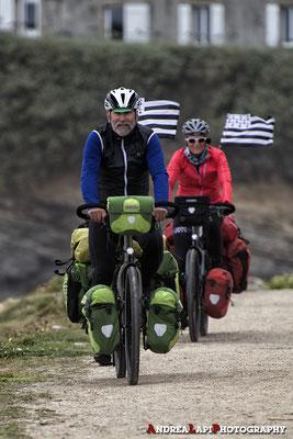 Cicloturisti in Bretagna, davanti alla spiaggia di Saint-Nic