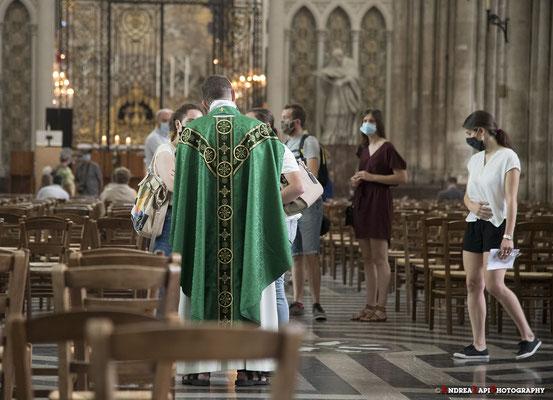 Francia - Amiens - Il sacerdote saluta i fedeli dopo la messa nella Cattedrale