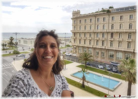 Viareggio: la sposa, stanca ma felice, affacciata alla finestra del nostro Hotel