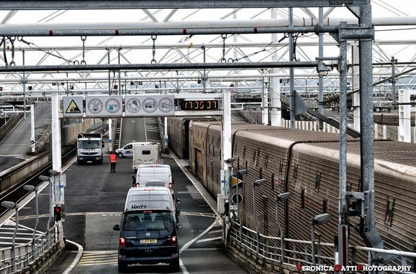 Ecco! Senza pensarci troppo... siamo incolonnati per prendere l'Eurotunnel sotto la Manica!!!