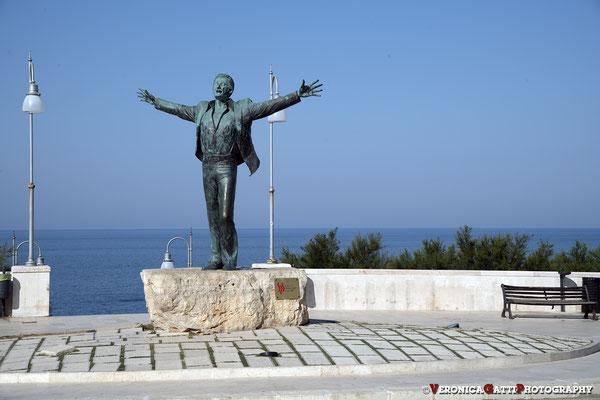 Polignano a mare - La statua che raffigura Domenico Modugno