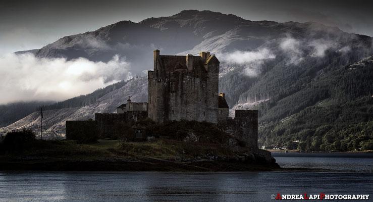 Scozia - Eilean Donan Castle - I primi raggi di sole raggiungono il castello