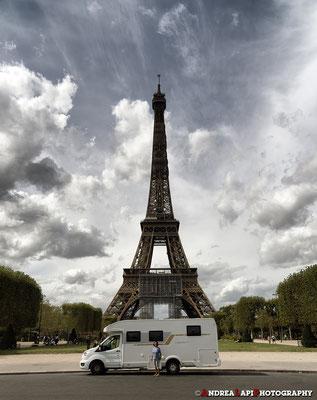 """Francia - A Parigi c'eravamo stati a lungo lo scorso anno... ma il """"Pamperaio"""" non c'era stato e ci ha chiesto di vedere almeno la Tour Eiffel... L'abbiamo accontentato volentieri e gli abbiamo regalato un bell'adesivo che testimonia l'impresa!"""