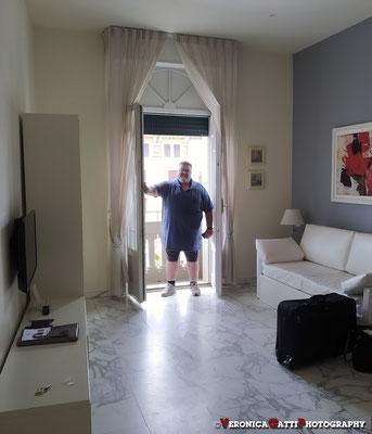 """Viareggio: lo sposo, col classico pantaloncino super elegante, nella """"suite"""" dell'Hotel"""