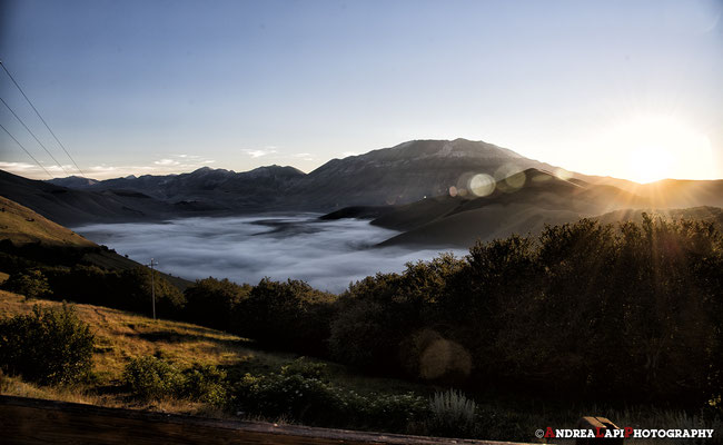 Sosta per le ultime foto di addio al Pian Grande che dorme sotto la nebbia... (speriamo di ritornarci per il periodo della fioritura!!!)