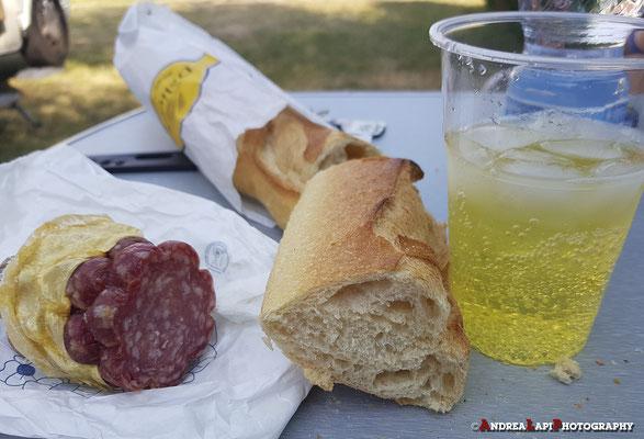 Nel pomeriggio, al campeggio: merenda con salame di Norcia (preso nel precedente viaggio), baguette francese e Cedrata Tassoni!!! (comprata a Borgo dal Dallai... prima di partire!!!)