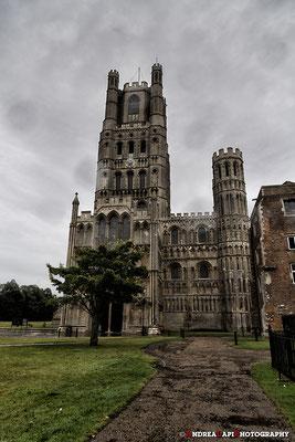 Inghilterra - Cattedrale di Ely Curiosità: la cattedrale di Ely è visibile nella copertina dell'album The Division Bell dei Pink Floyd del 1994. Appare infatti tra le bocche delle due statue che si fronteggiano in primo piano.