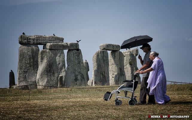 Inghilterra - Stonehenge - Principessa Indiana che, ricevendo onde positive dalle pietre antiche, ha iniziato a camminare!