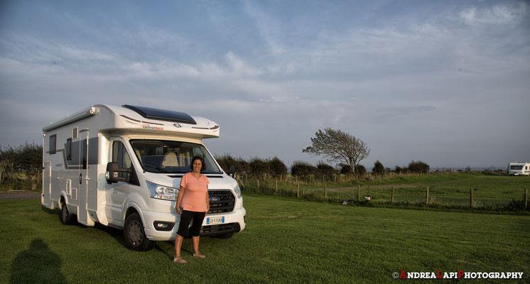 Dopo un viaggio durato un giorno... 471 Km ma non in autostrada... arriviamo finalmente in Scozia e ci sistemiamo in questo semplice campeggio verde il riva al mare...