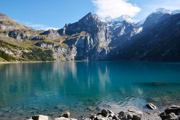 Der Öschinensee ist gut mit dem Linienbus oder per Auto erreichbar. Diesen See muss man gesehen haben.<br>(Foto: Wikipedia)