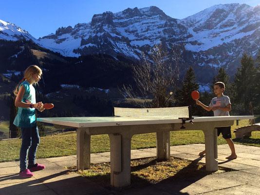 Tischtennis gleich auf der Terrasse beim Gruppenhaus.